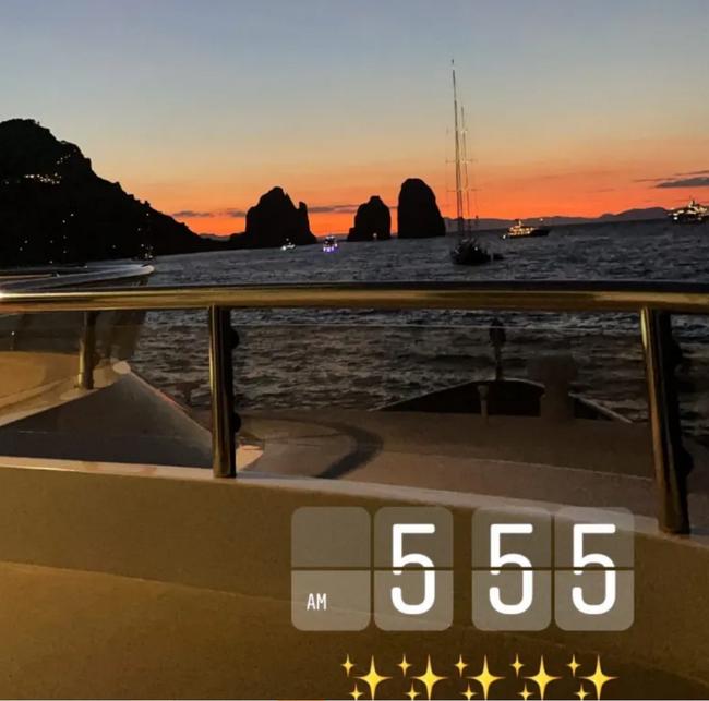 詹姆斯妻子更新动态:游艇清晨5:55日出海景