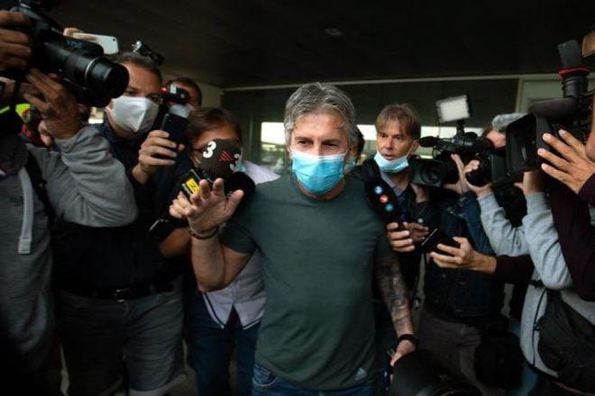 父亲宣!梅西父亲抵达机场接受采访:我儿子将签巴黎