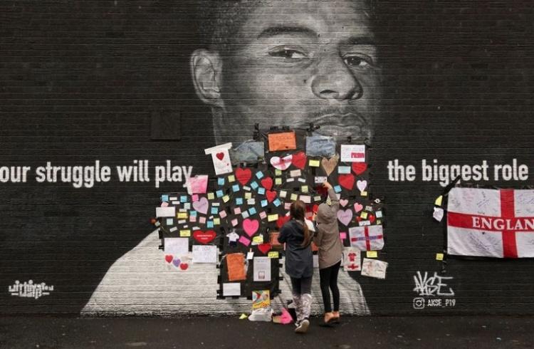 家乡的爱!当地居民用爱心字条修复拉什福德壁画,向其表示支持