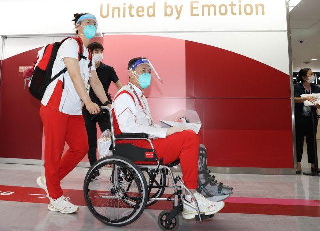许利民跟腱断裂坐轮椅抵达东京:万幸是我受伤了