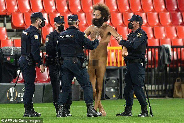 辣眼睛!裸男硬闯曼联欧联比赛 快乐奔腾形似萨拉赫