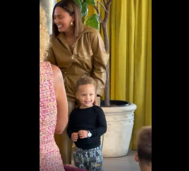 阿耶莎带儿子出席活动 小小库里说话极具大佬风范