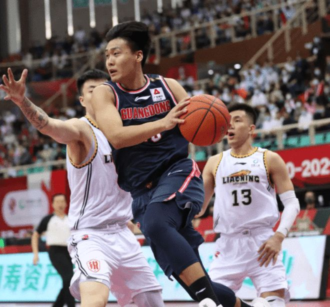 广东男篮集结教练安排3200米跑 赵睿第一个冲过终点
