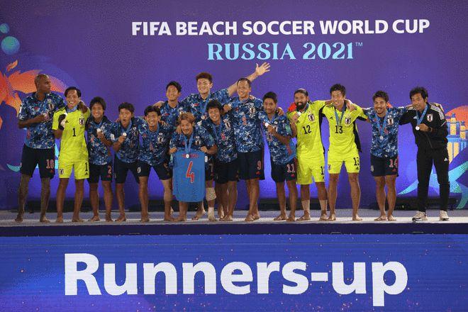 创造历史!日本沙滩足球获世界杯亚军 高举银牌合影