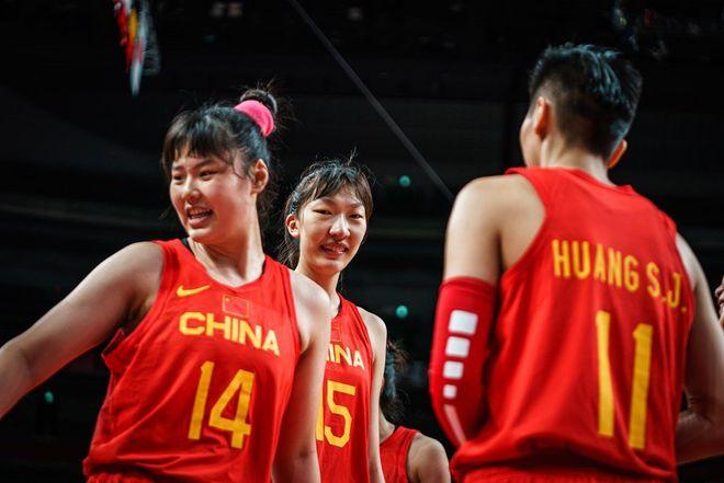 韩旭、邵婷球迷齐观赛,为中国女篮加油助威