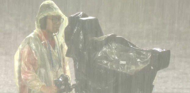 太大了!国安河北比赛天降大雨 一抬眼全是水花...
