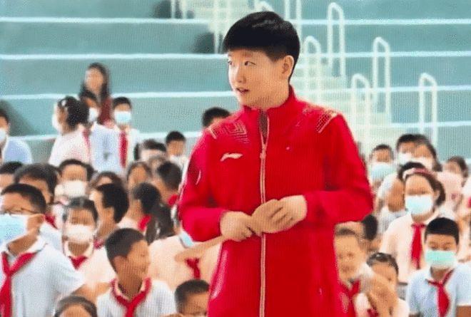 孙颖莎拿锅铲与小学生对打 网友:没用耳挖勺就还好