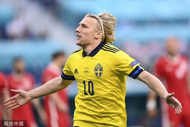 闪击战!瑞典2分钟破波兰城门 队友被干废躺在地上