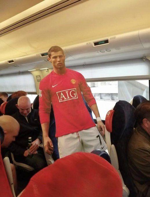 迫不及待!曼联球迷远征狼队 身背C罗人形立牌上火车
